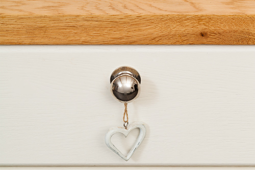 Accessories and accents are important in any shabby chic kitchen: this small wooden heart looks superb on Traditional frontals in Pointing, which are finished with Queslett knobs.