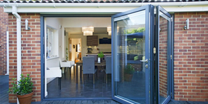 This simple bi-fold door opens up your kitchen for a free-flowing garden and dining area