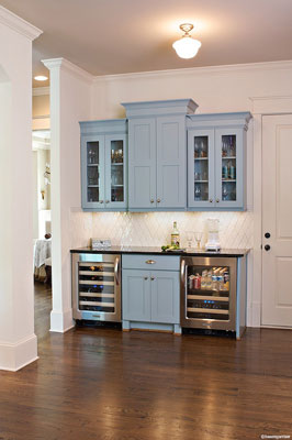 This kitchenette has a classic colour combination and a perfect balance between traditional and contemporary style.