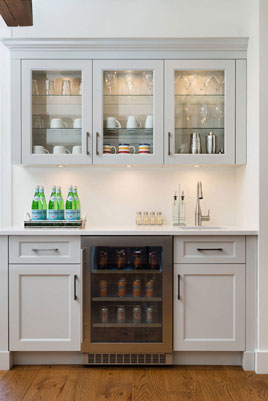 This elegant kitchenette has a total of five cabinets and a drinks fridge.