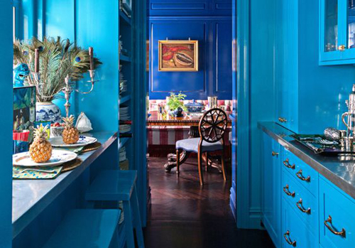 Although a calming colour, the fluorescent blue in this kitchen is stimulating.