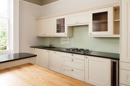 This kitchen is stylish and contemporary, in part due to the full wall splashback.