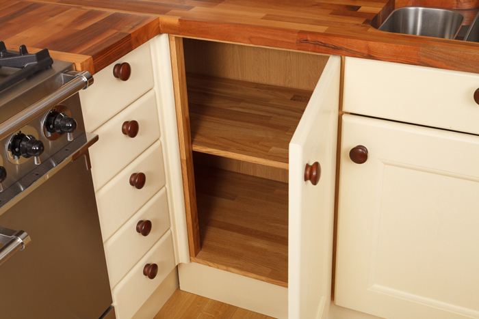 How to install pilasters and corner posts in solid wood for Cream kitchen base units