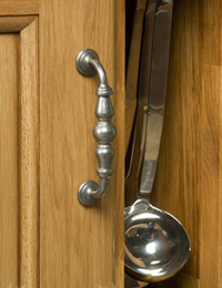 Choosing and Installing Handles & Knobs in Oak Kitchens