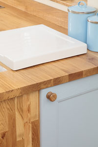 An oak worktop with a slight waterfall effect as an extra worktop connects the top to the floor