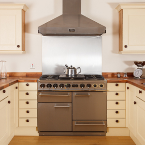 Attract attention to your range oven with a shiny stainless steel splashback.