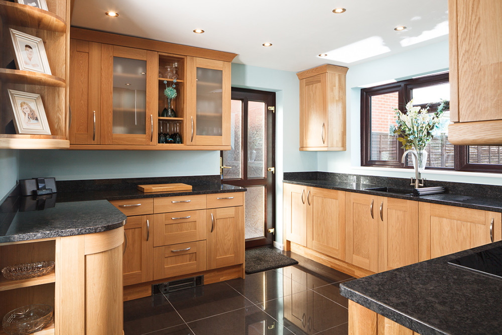 Solid Oak Kitchen with Shaker Lacquered Doors