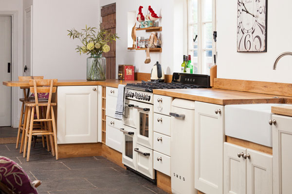 This white and wooden kitchen is the perfect option for a shabby chic look
