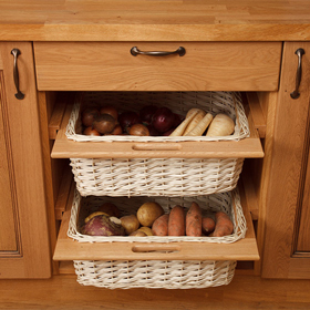 Wonderful wicker baskets are the ideal complement for solid wood kitchens.