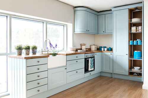 This kitchen features Traditional frontals in Parma Gray with standard Oak worktops.