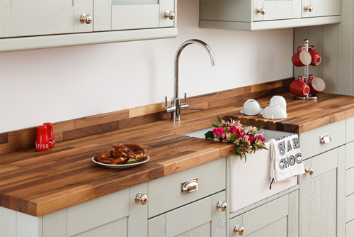 This walnut worktop looks striking against Shaker frontals in Mizzle.