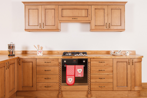 This kitchen features traditional lacquered oak frontals and oak worktops